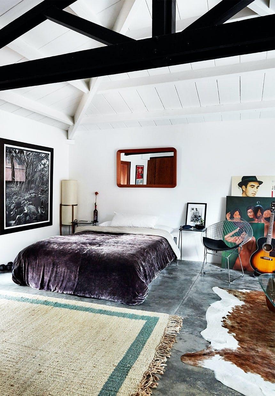 Soveværelse indrette i en rock and roll-stil med guitar, portrætter af musikere og koskind