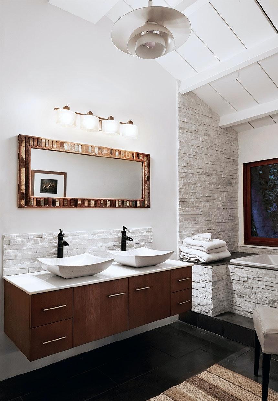 Badeværelse indrettet ala 1950'erne med badekar og håndvaske på træskænk