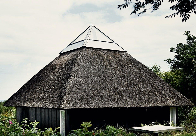 Sommerhusets stråtækte pyramide top