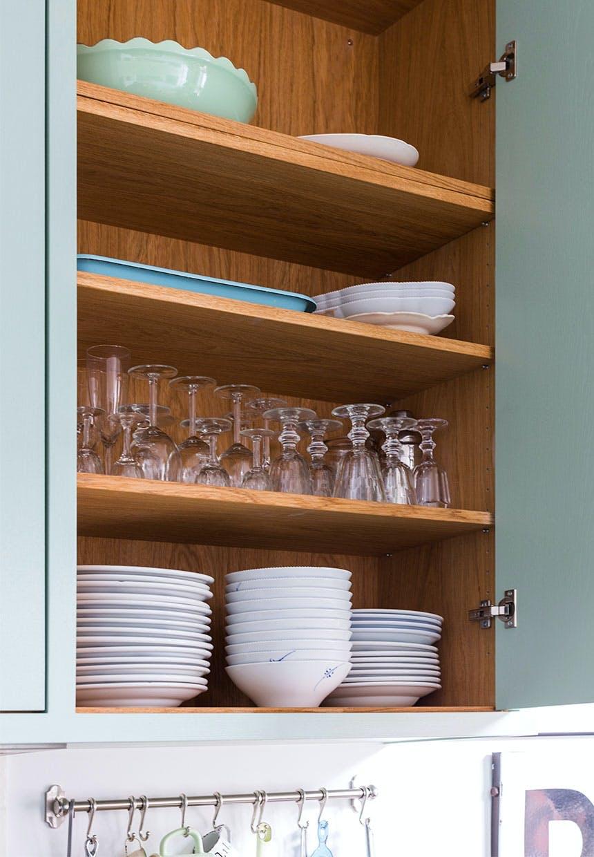 Ældre service og glas i køkkenskabet