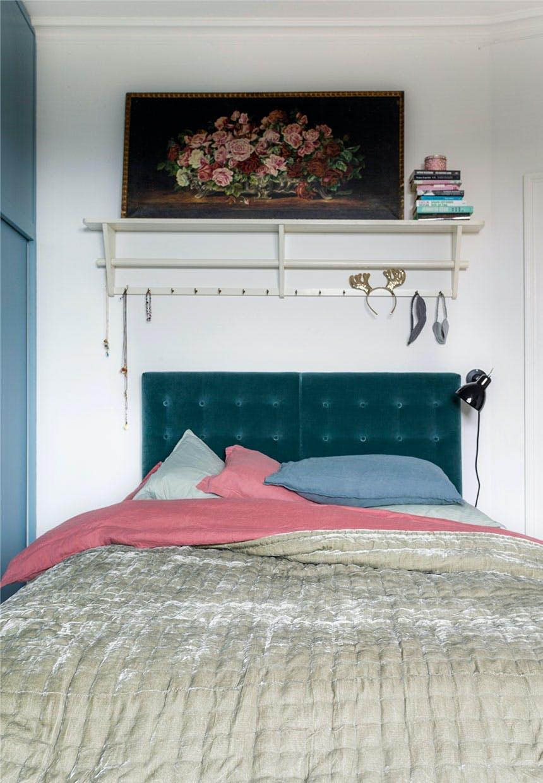 Seng med petroleumsgrøn sengegavl i velour