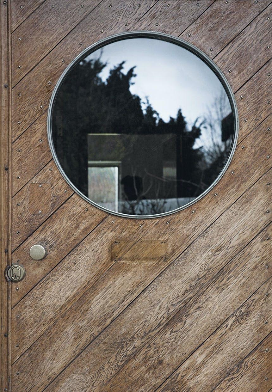 Hoveddør i træ med rundt vindue i, i Arne Jacobsens hjem designet af ham selv