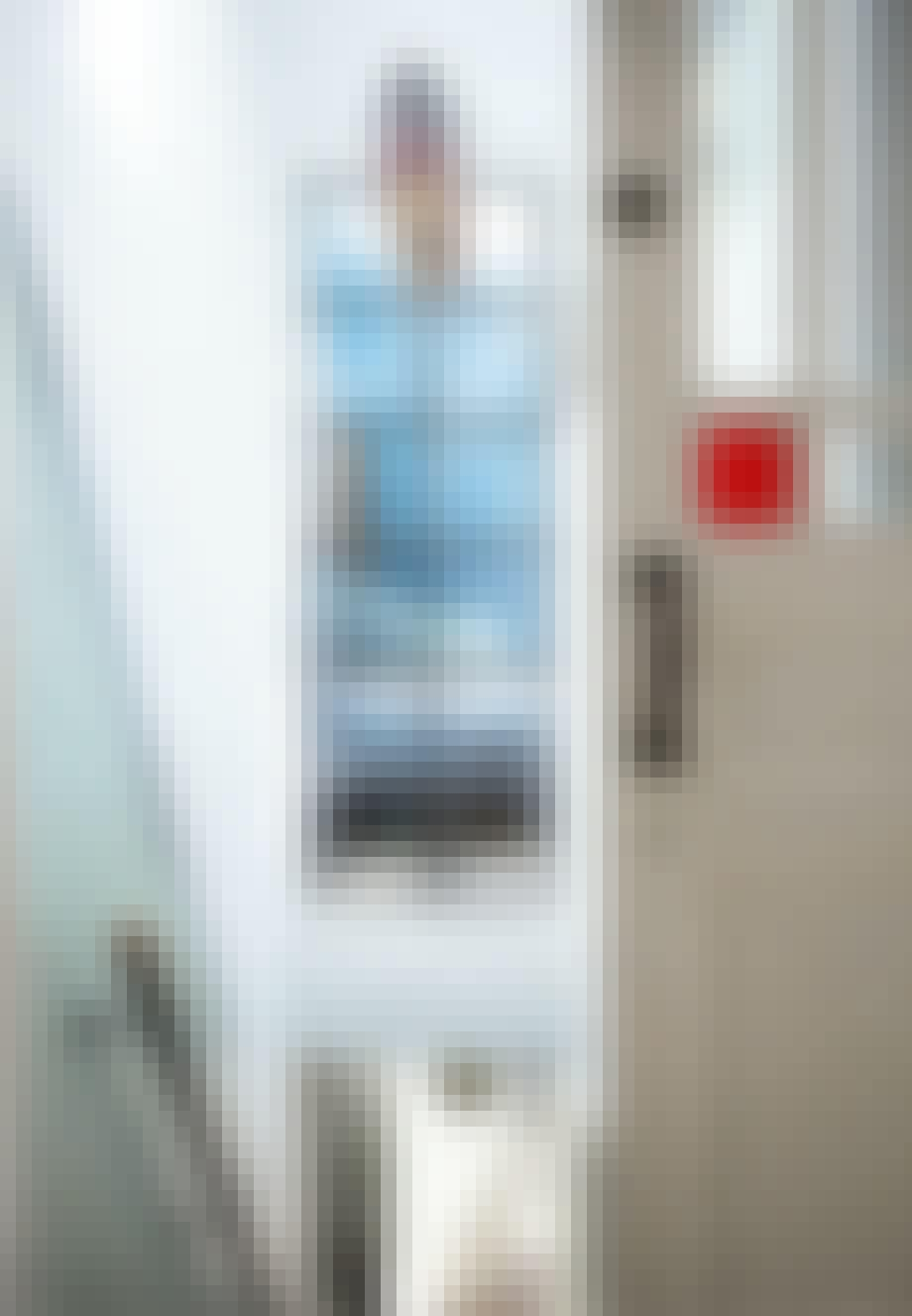 Trappegang med glasvæg til soveværelse og model af stor færge hængende i loftet