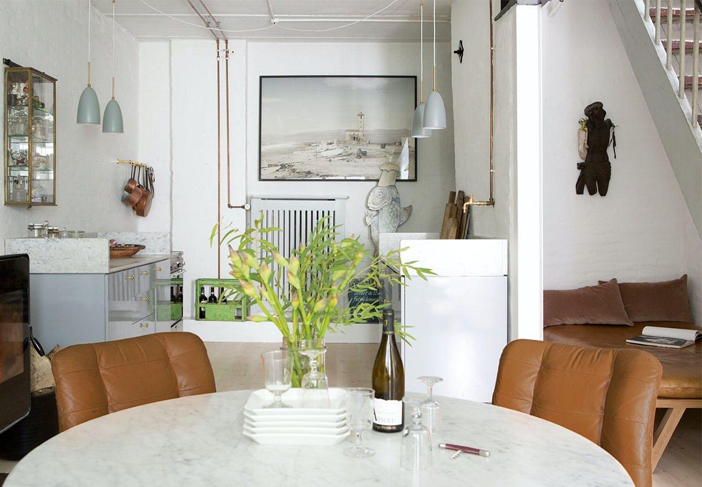 Spiseplads med rundt bord og franske spisestole i orange læder