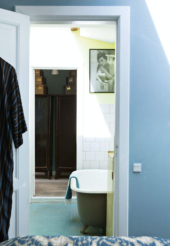 Badeværelse med badekar i støvet olivengrøn på løvefødder