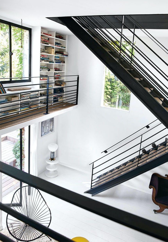 Jerntrappe fra nederste etage hele vejen op til 2. sal ligner en stærk grafisk skulptur