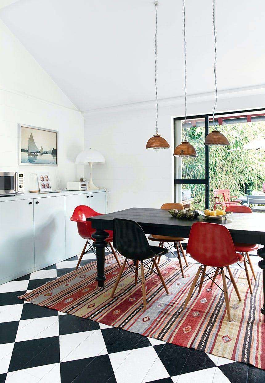 Skakternet gulv og farvestrålende stole