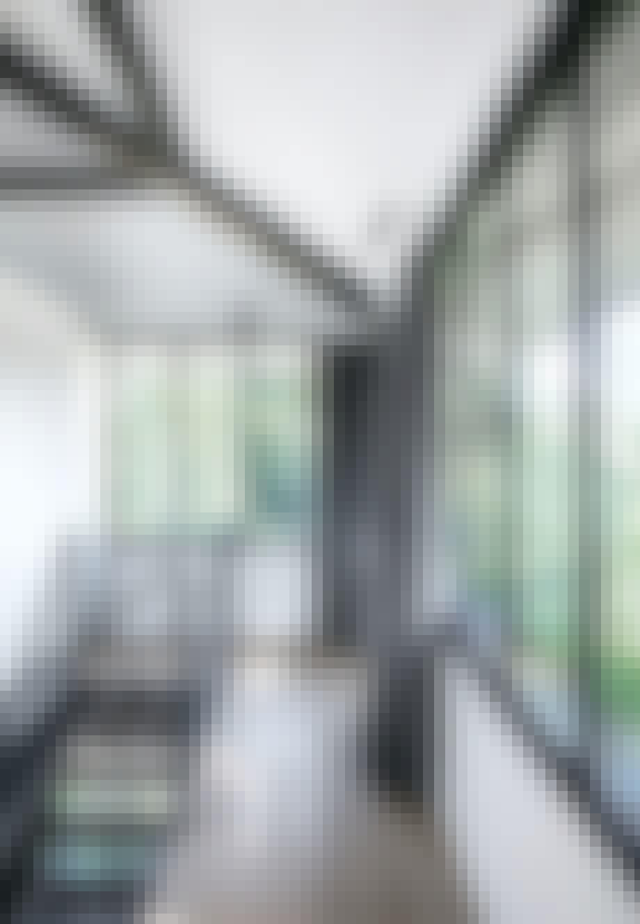 Væggene på 2. sal består næsten kun af vinduer med tykke koksgrå gardiner ved