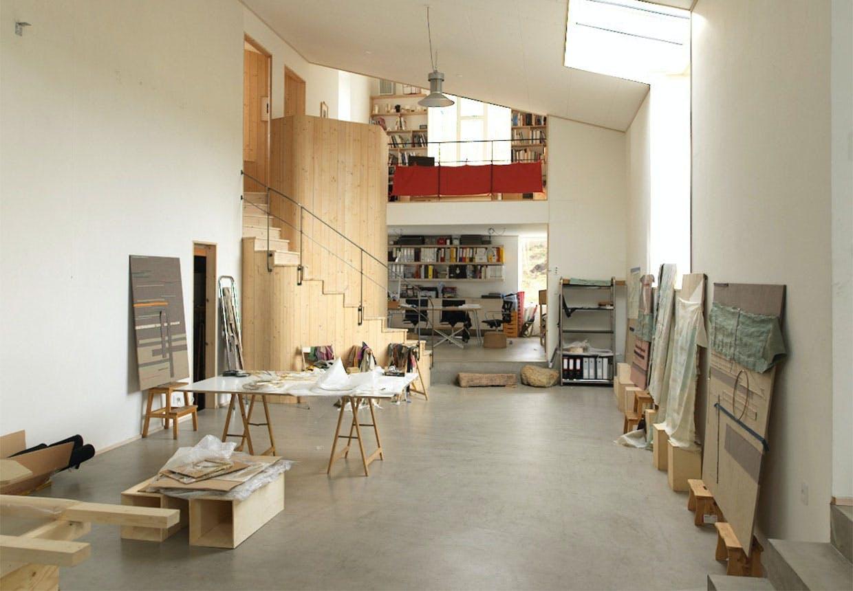 Atelierets centrale arbejdsrum med kig til kontor og trappe til 2. sal