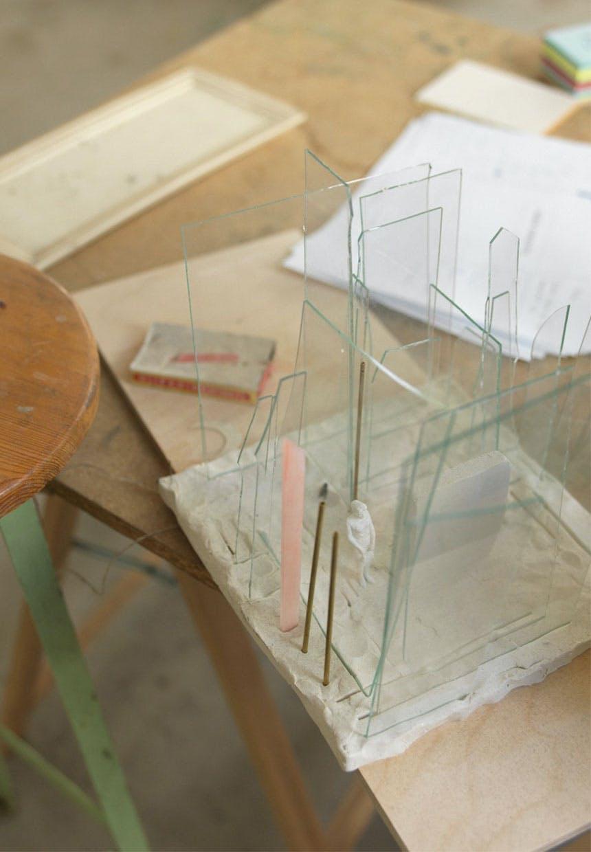 Skitse i beton, messing og glas lavet af Kirstine Roepstorff