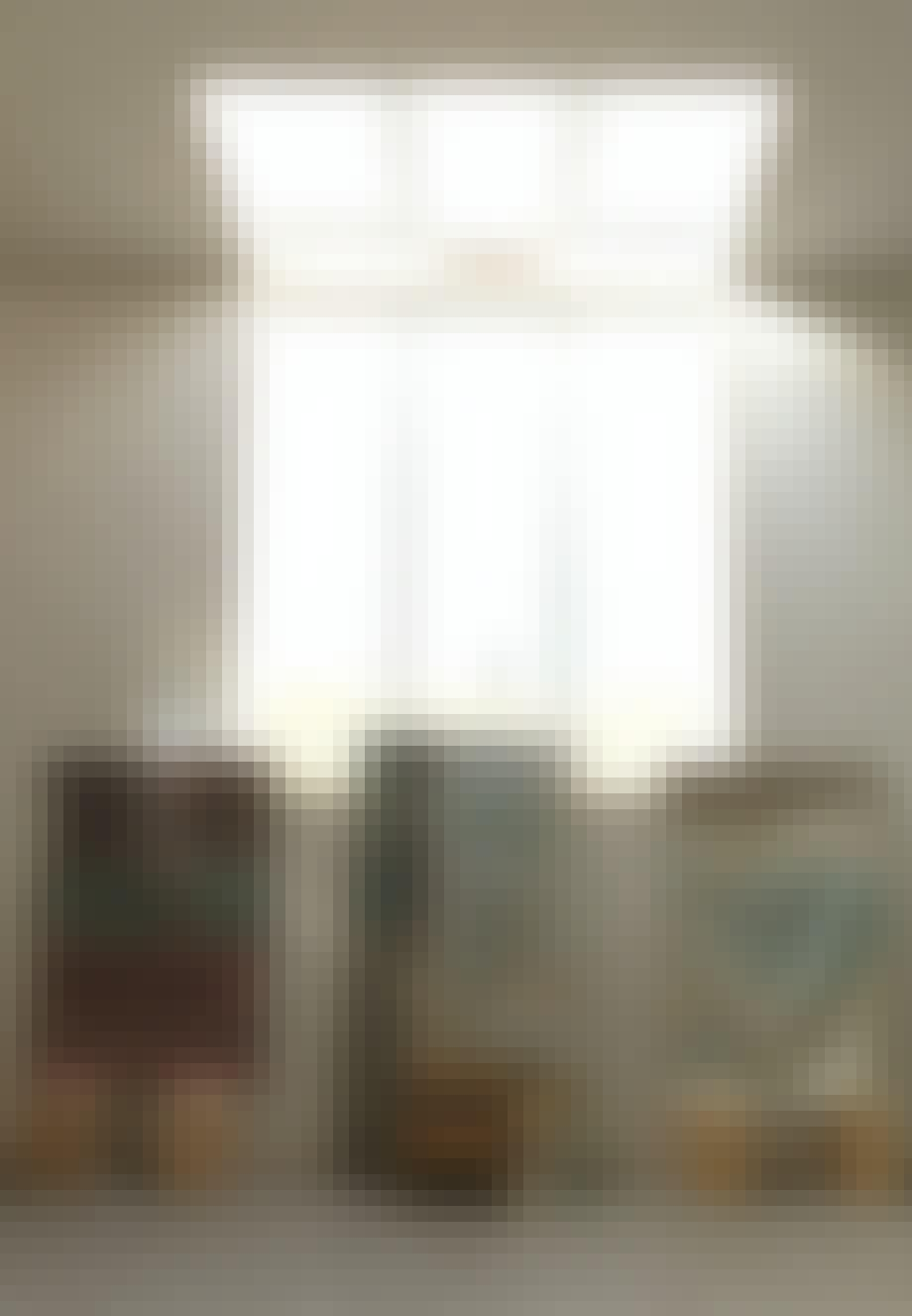 Collager opstillet under store vinduer og ovenlysvinduer