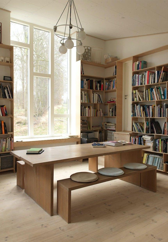 Bibliotek og mødekrog i atelieret med kombineret spiseplads og mødebord