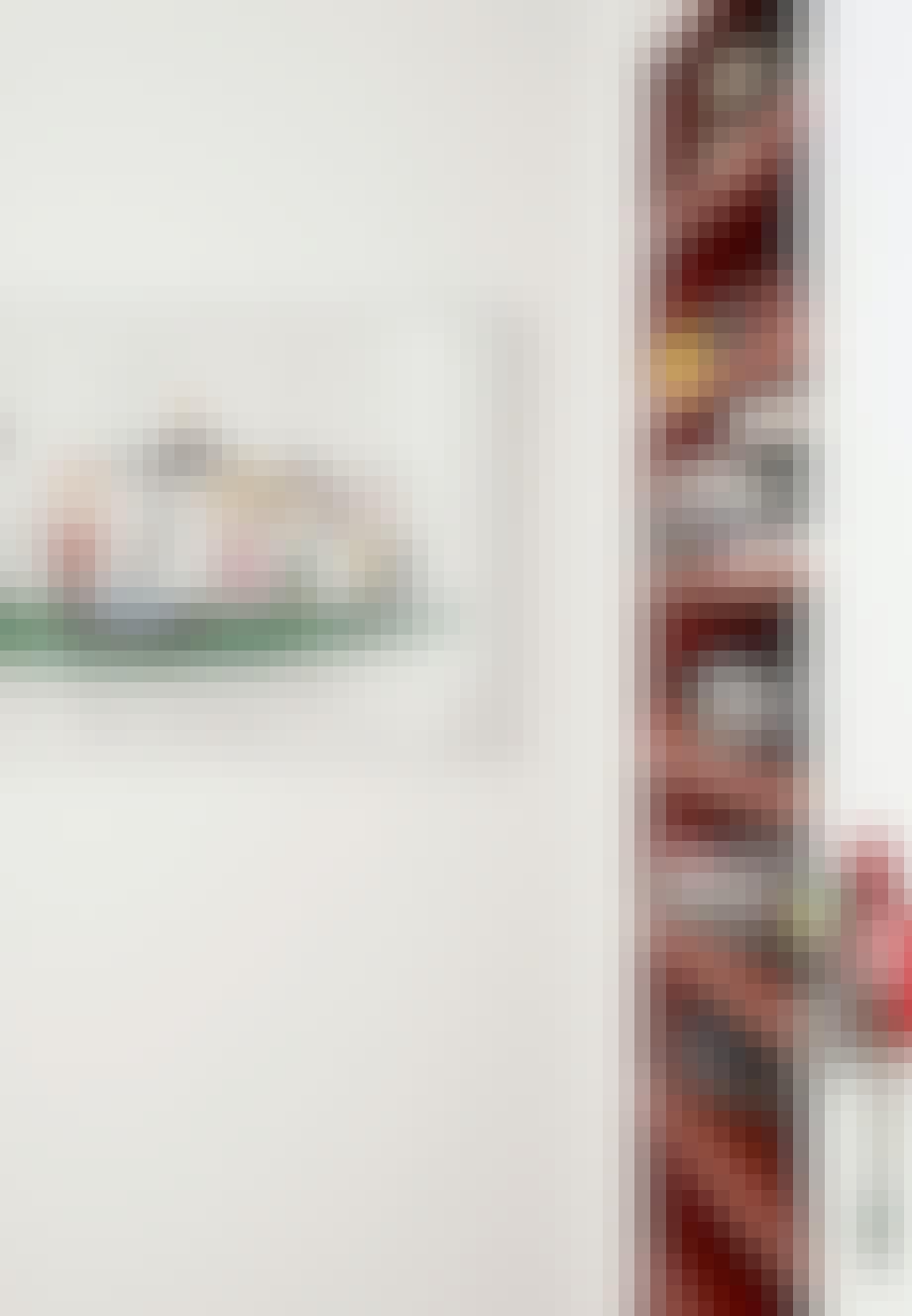 Rød sko-reol i entréen med sko i