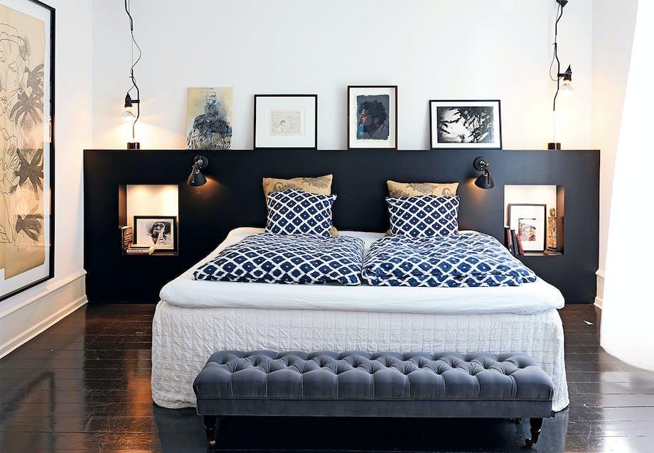 Soveværelse med kunst og loungebænk