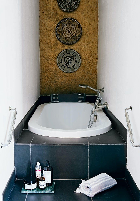 Bladguld og badekar i lille niche