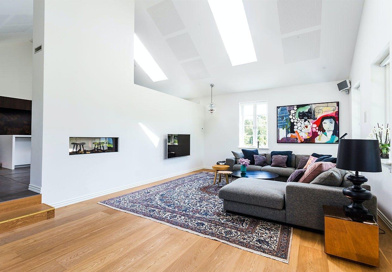Volumniøs sofa og højt til loftet