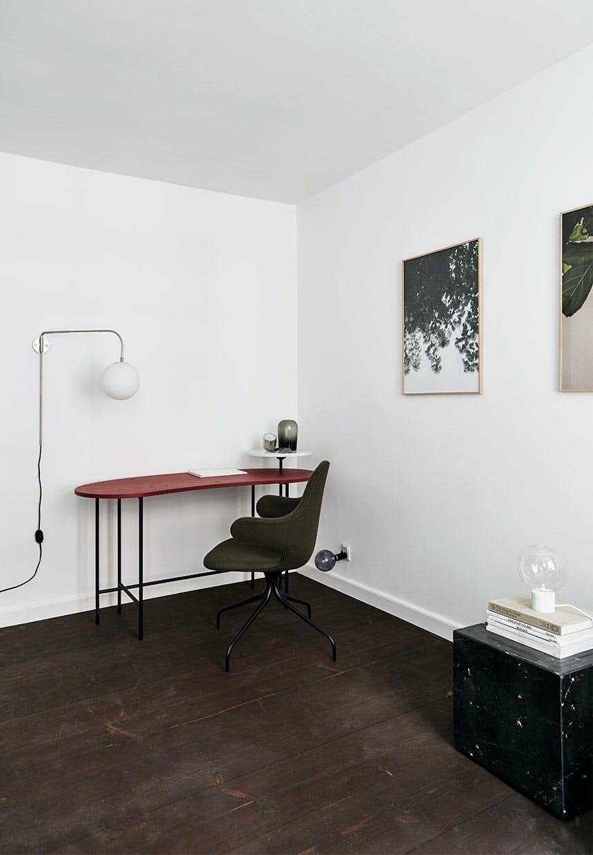 Hjemmekontor med rødt skrivebord, olivengrøn kontorstol og designer lamper