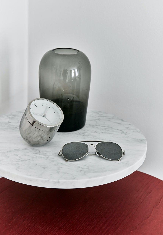 Opsats med marmorplade, ur, solbriller og vase