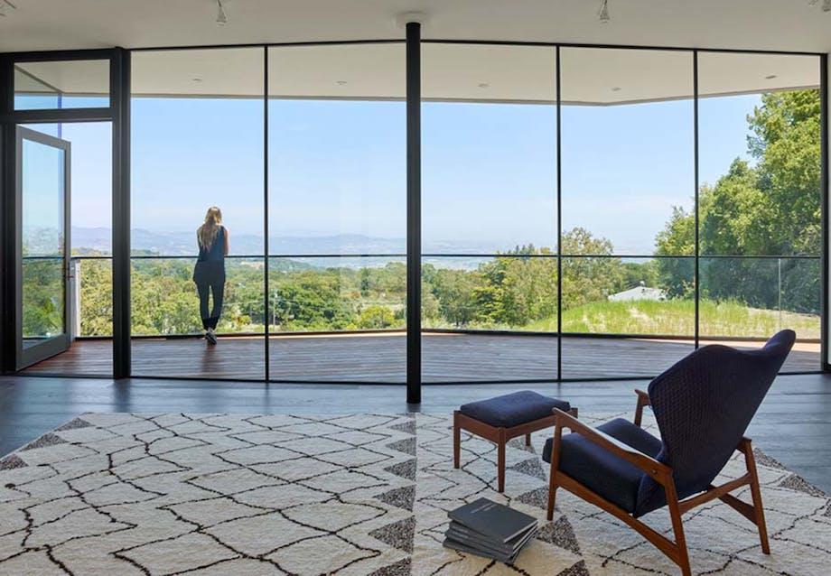 Sparsomt interiør med store glaspartier