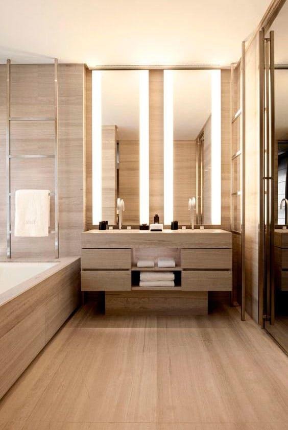 Træ fra gulv til loft i badeværelset