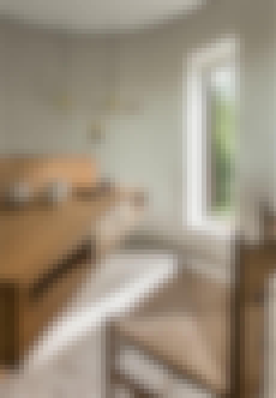 Lille hjemmekontor i soveværelse med specialbygget skrivebord