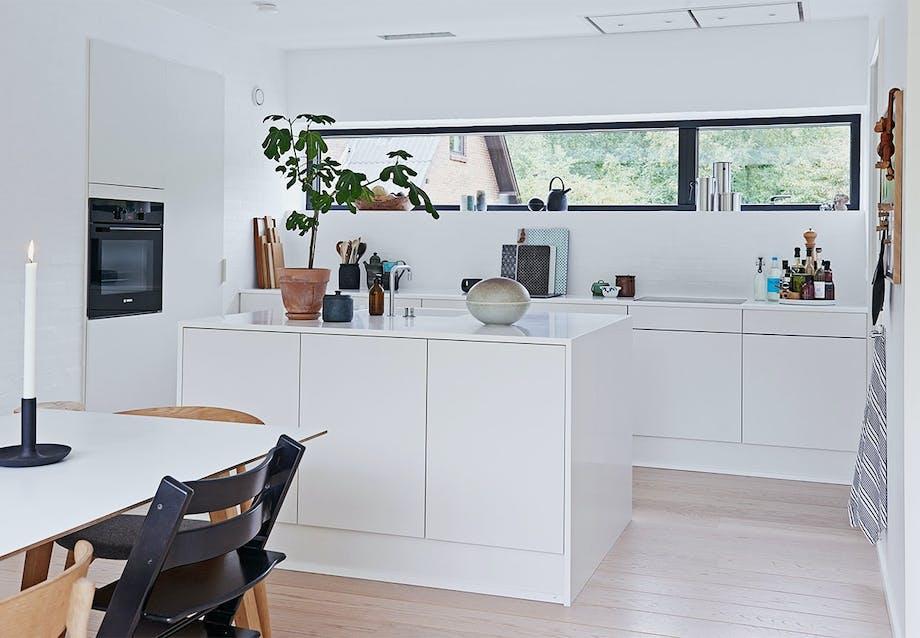 Stilrent køkken med enkle hvide elementer