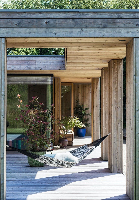 Den åbne atriumgård giver læ, sol og skygge