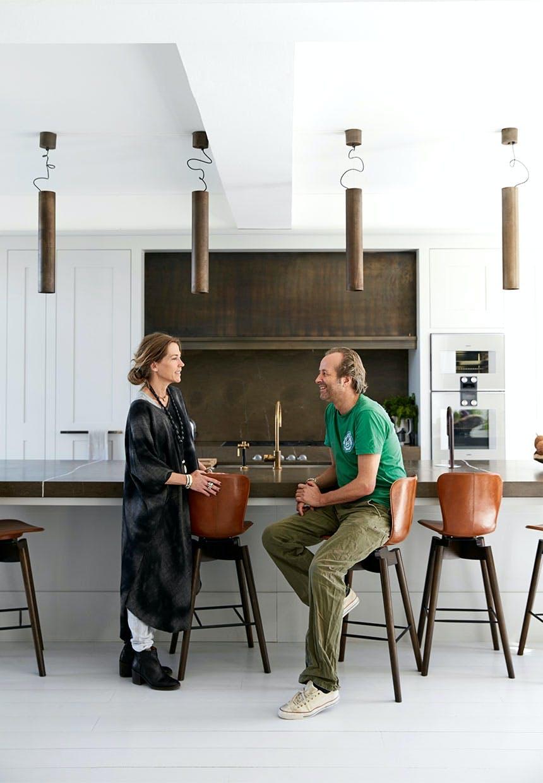 Malou og Peter i deres smukke køkken