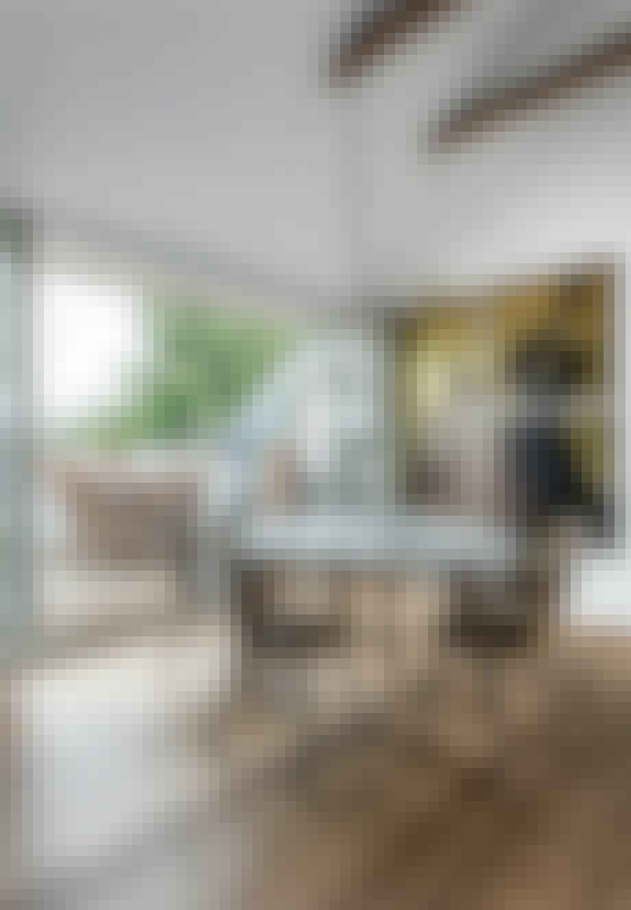 Hjemmelavet lampe og spisebord