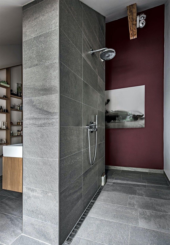 Også i badet er der farve på væggen