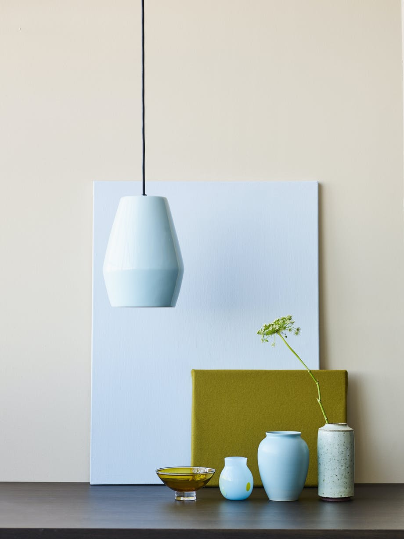 Hvide og lyseblå porcelæns-, glas- og stentøjsvaser