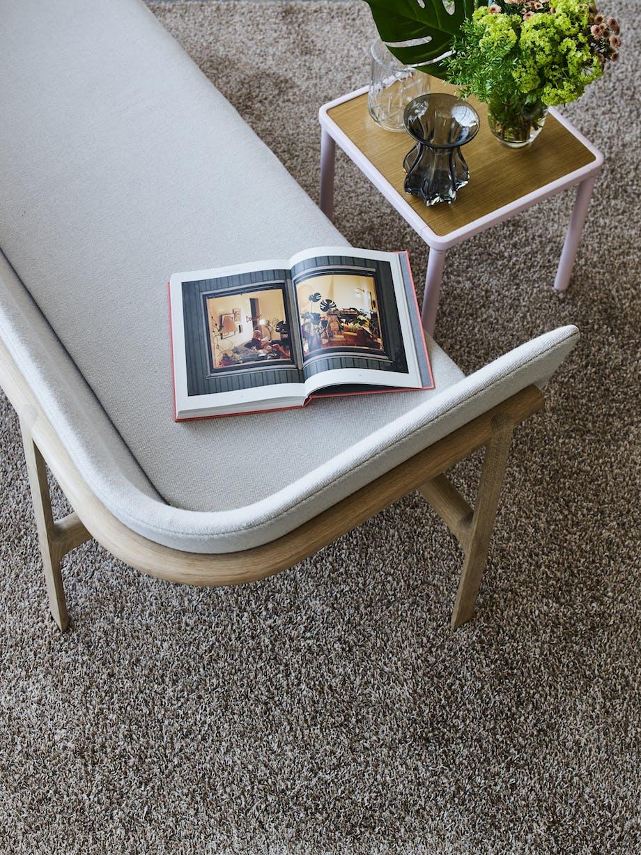 Sofa, sofabord og finde vaser på et lille sidebord