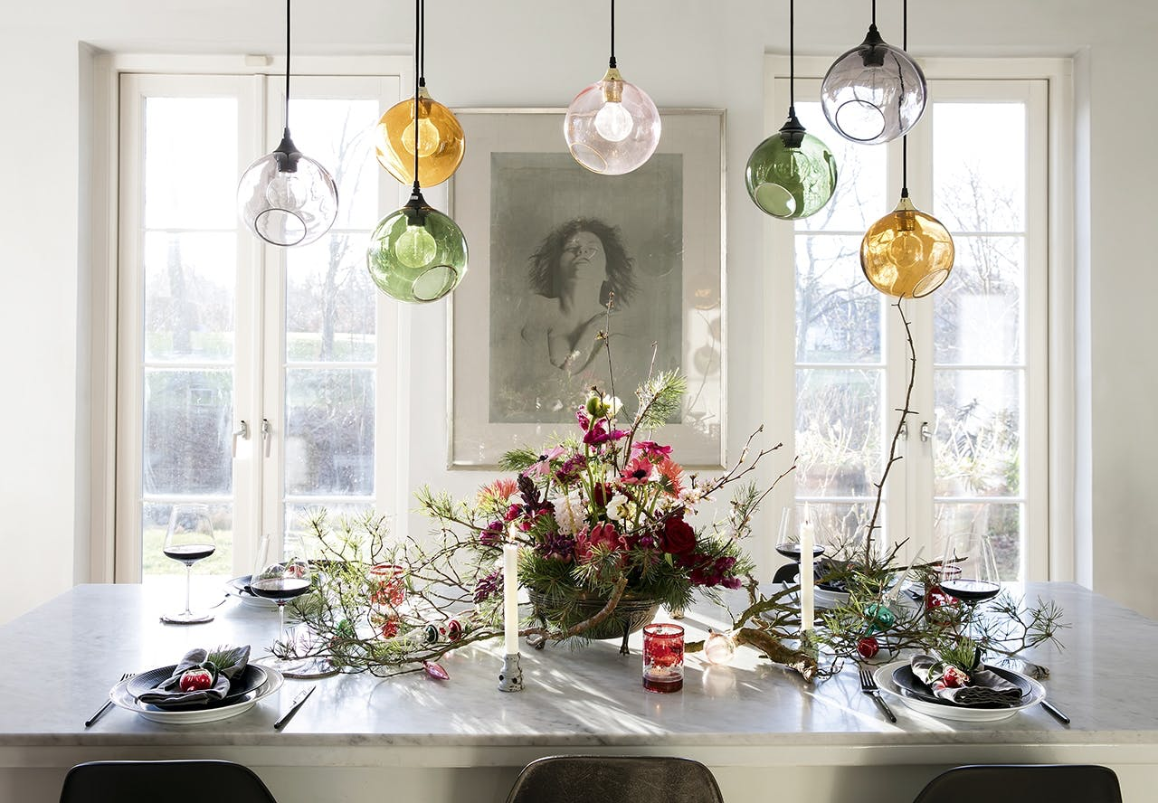 julebord med farverige blomster og lamper