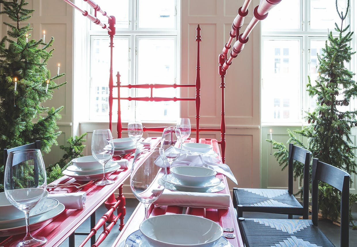 borddækning til jul i røde og hvide farver