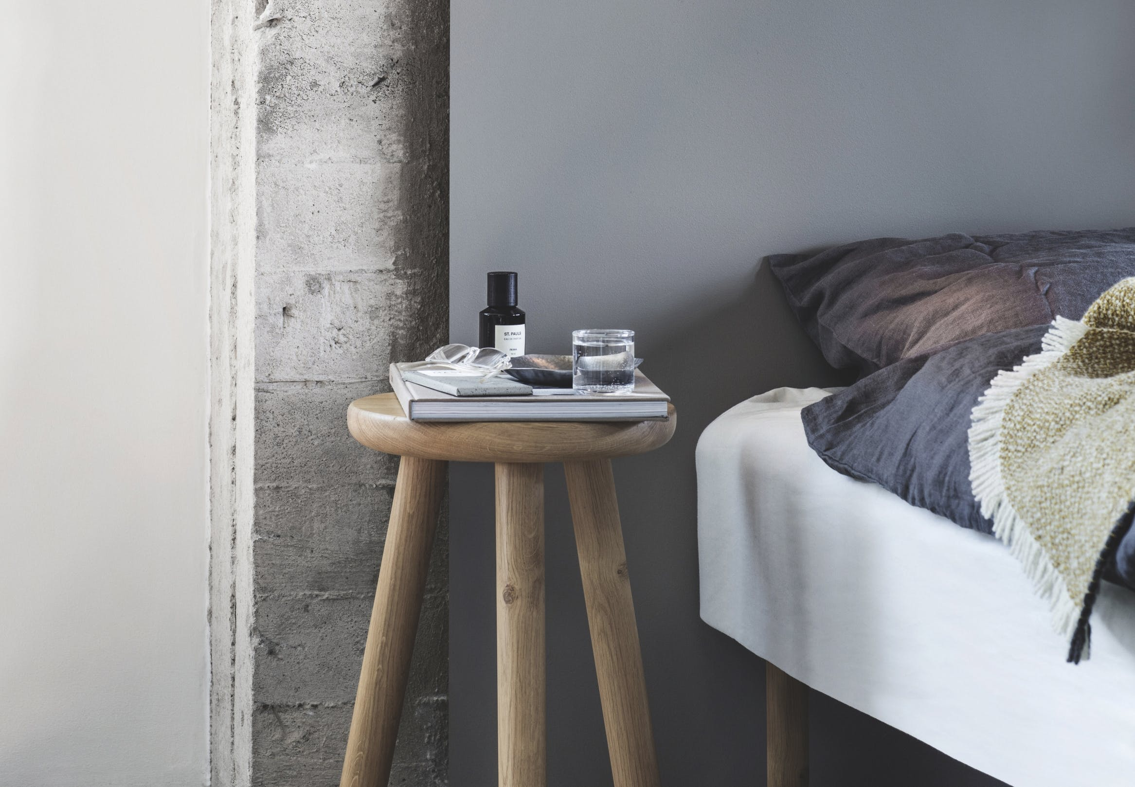 soveværelse i grå og blå nuancer