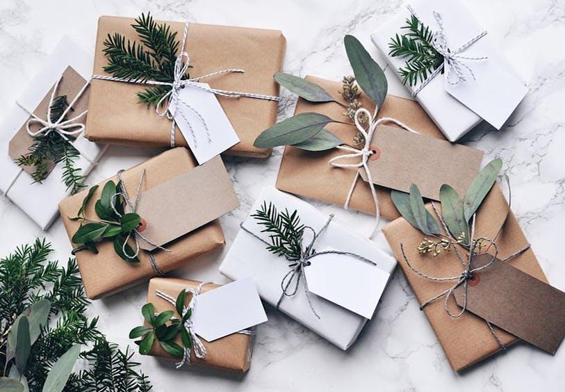 Julegaver i brune og hvide farver og gran