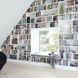 bogreol fra gulv til loft med vindue i midten