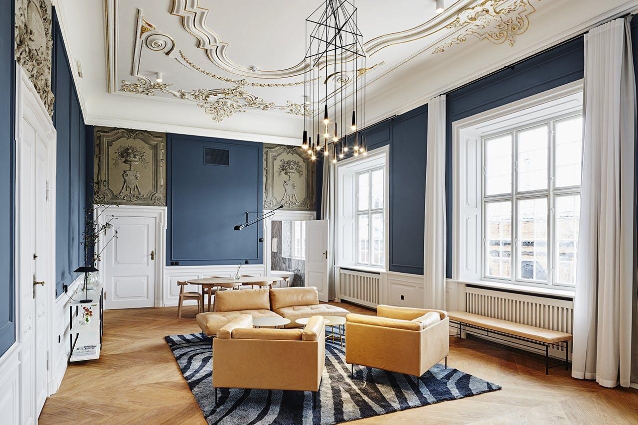 Nobis Hotel Copenhagen stue med stuk og blå vægge