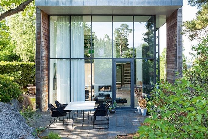 Hus med stor glasfacade