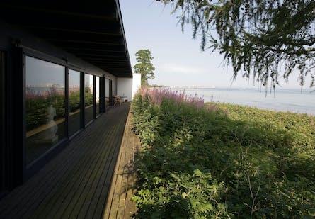 Halldor Gunnløgssons hus ud til Øresund.