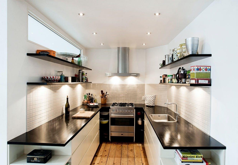 Nybygget køkken med åbne hylder istedet for skabe og med smalt vindue foroven ind til soveværelse