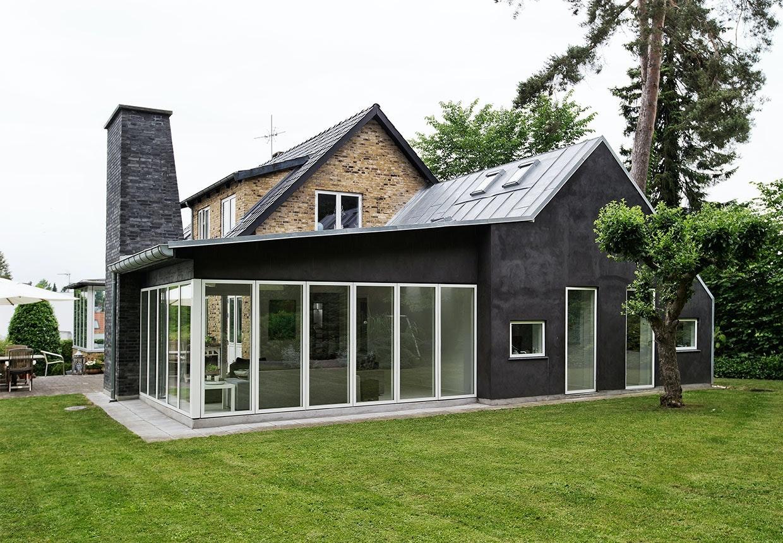 Huset med den flotte nye tilbygning i anderledes stil end det originale hus