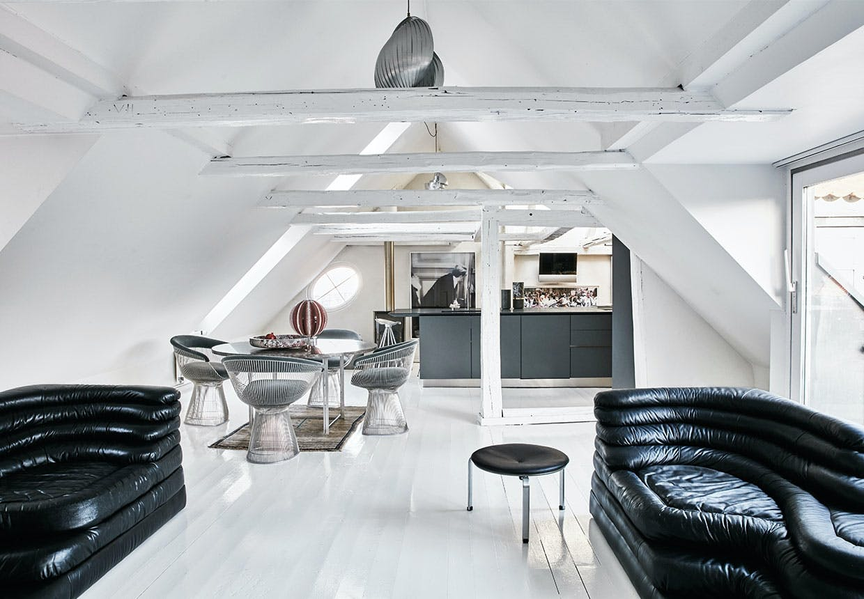 Monokrom stue med sofa-øer