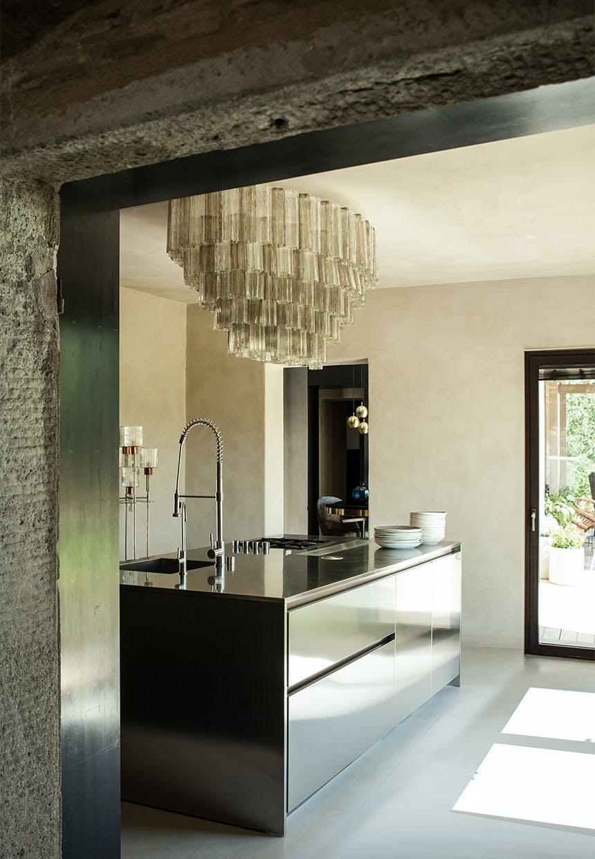 Industrielt køkken og ekstravagant lampe