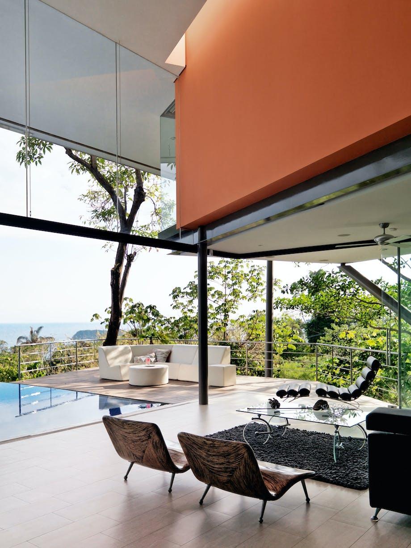 Åbent stue-arrangement og udendørs lounge-område