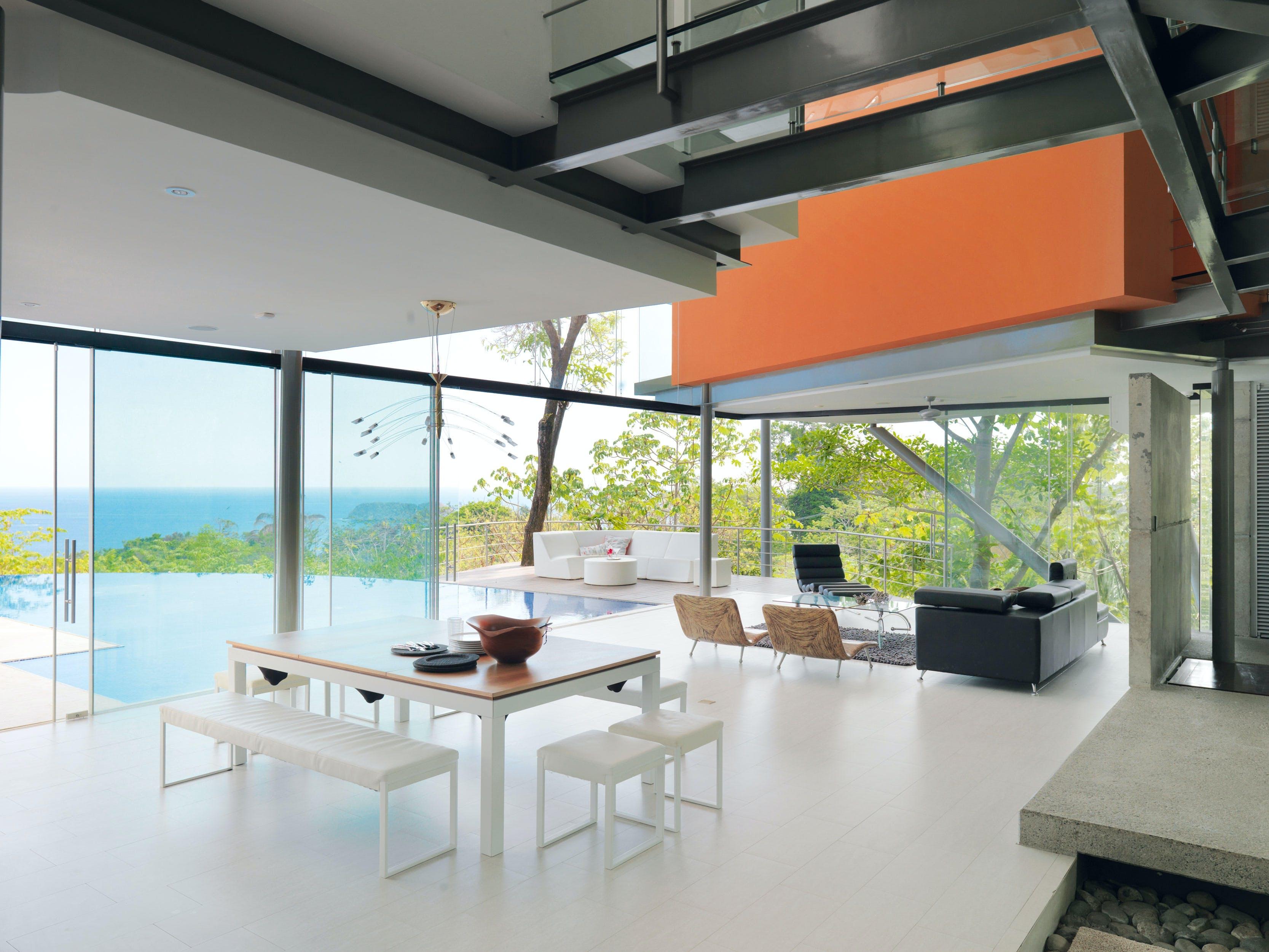 Spisestue, opholdsstue og lounge i ét åbent område