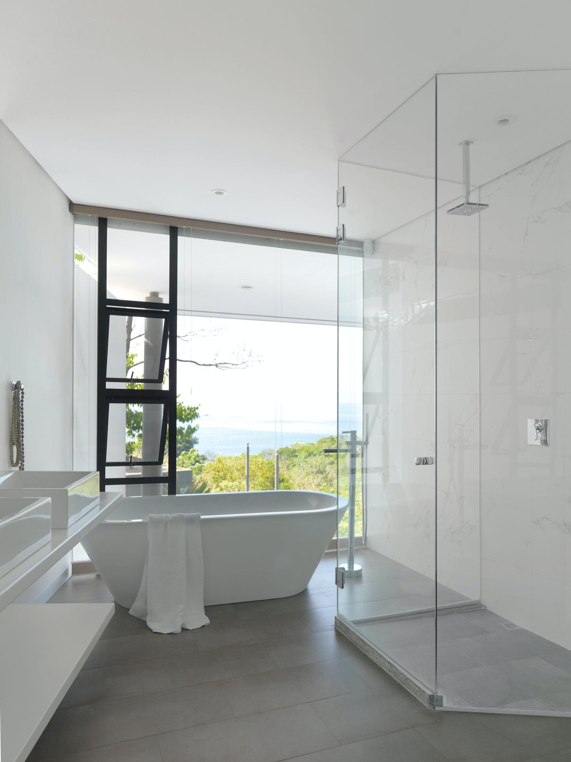Lyst og elegant badeværelse med flot udsigt