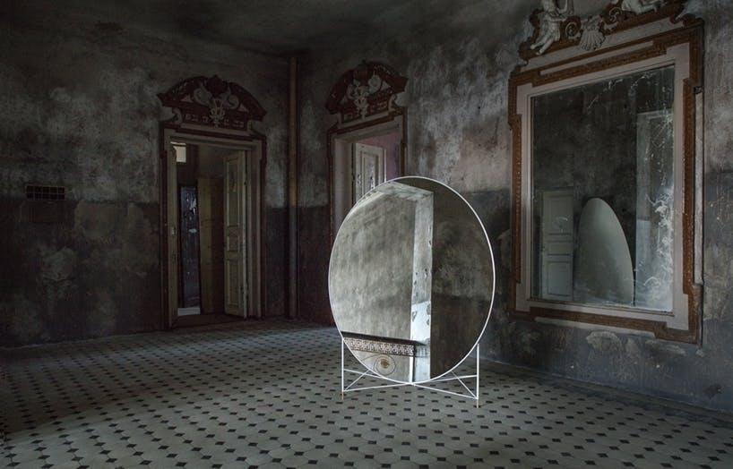 Ovalt spejl med kontraster