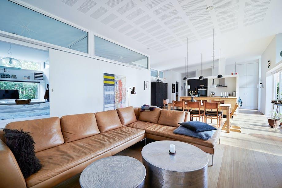 Rummelig stue med skillevægge