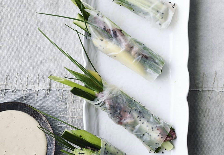 Rispapirruller med okse, grøntsager og peanutdip